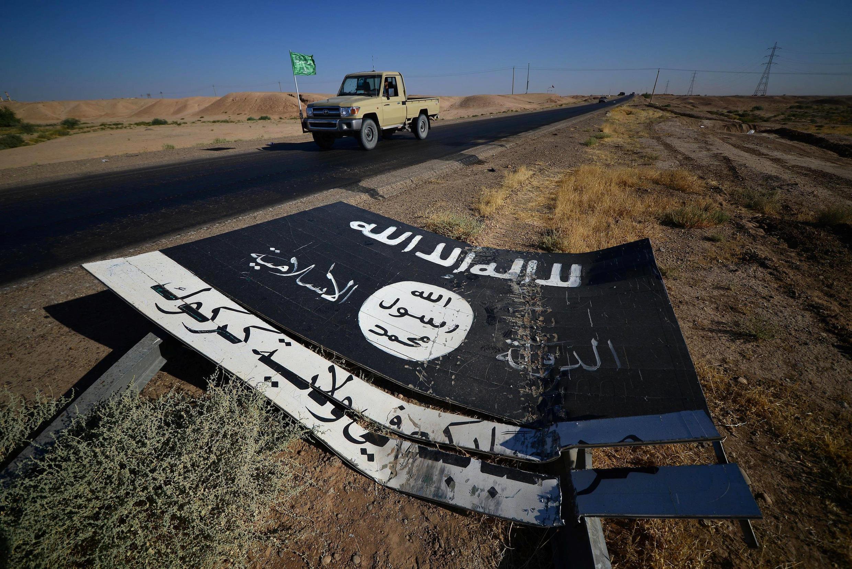 Un drapeau de l'organisation Etat islamique sur la route de la base militaire d'Al-Fatiha, au sud d'Hawija en Irak, le 2 octobre 2017. (Image d'illustration)
