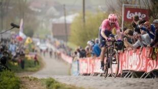 Альберто Беттьоль уходит в отрыв за 17 км до финиша Тура Фландрии.