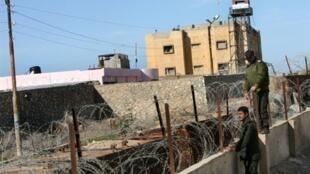 Les forces de sécurité du Hamas observent le côté égyptien de Rafah, en bordure de la bande sud de Gaza, le 19 décembre 2009.