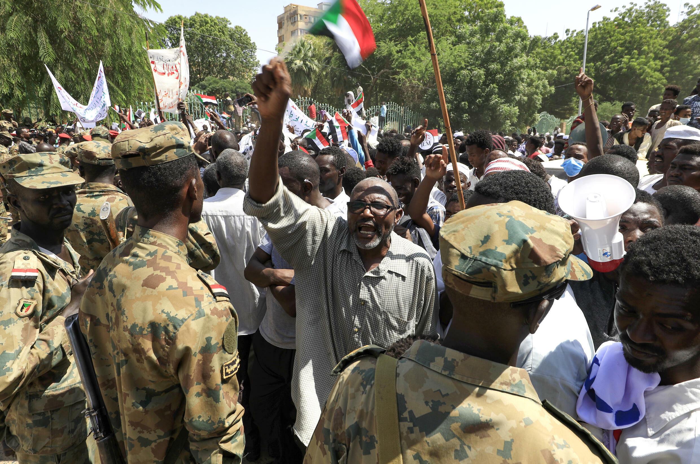 Manifestantes sudaneses reclaman la disolución del gobierno de transición, frente al palacio presidencial de Jartum, el 16 de octubre de 2021