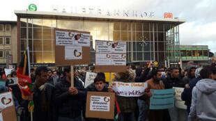 C'est une manifestation de réfugiés syriens devant la gare de Cologne (lieu des agressions du Nouvel An) pour condamner les violences sexuelles et montrer leur solidarité avec les victimes.