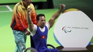 Lực sĩ cử tạ hạng 49 kg Lê Văn Công vừa lập kỷ lục thế giới giành huy chương vàng Paralympic đầu tiên cho thể thao Việt Nam, ngày 08/09/2016 tại Rio de Janeiro.