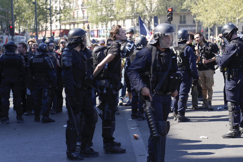 Policías detienen al periodista Gaspard Glanz en la Plaza de la República, el sábado 20 de abril, en París.