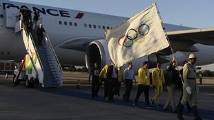 Eduardo Paes, prefeito do Rio de Janeiro, desembarca na capital carioca com a bandeira olímpica nesta segunda-feira.