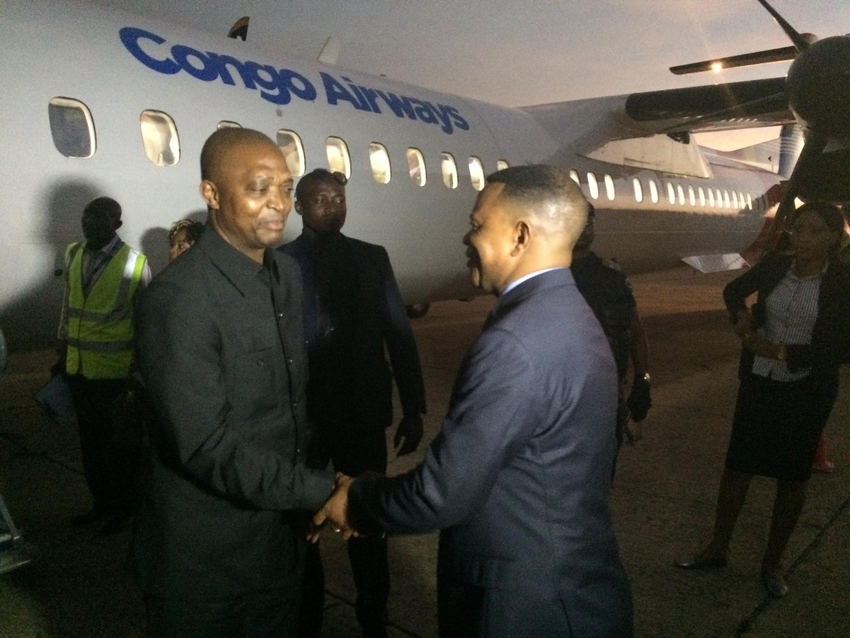 Naibu waziri mkuu na waziri wa mambo ya ndani wa DRC Emmanuel Ramazani Shadary akipokelewa na gavana wa jimbo la Kasai ya kati, Justin Milonga mjini Kananga marchi 2017