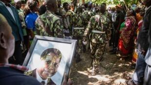 Elementos das Forças de Defesa e segurança de Moçambique escoltam a urna com os restos mortais do presidente da Renamo, Afonso Dhlakama, durante as cerimónias fúnebres na sua aldeia natal, em Mangunde, Moçambique, 10 de Maio