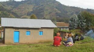 Un ancien génocidaire a participé à la pose des toits, à la fin du mois de mars, lors des chantiers communautaires et obligatoires «umuganda».