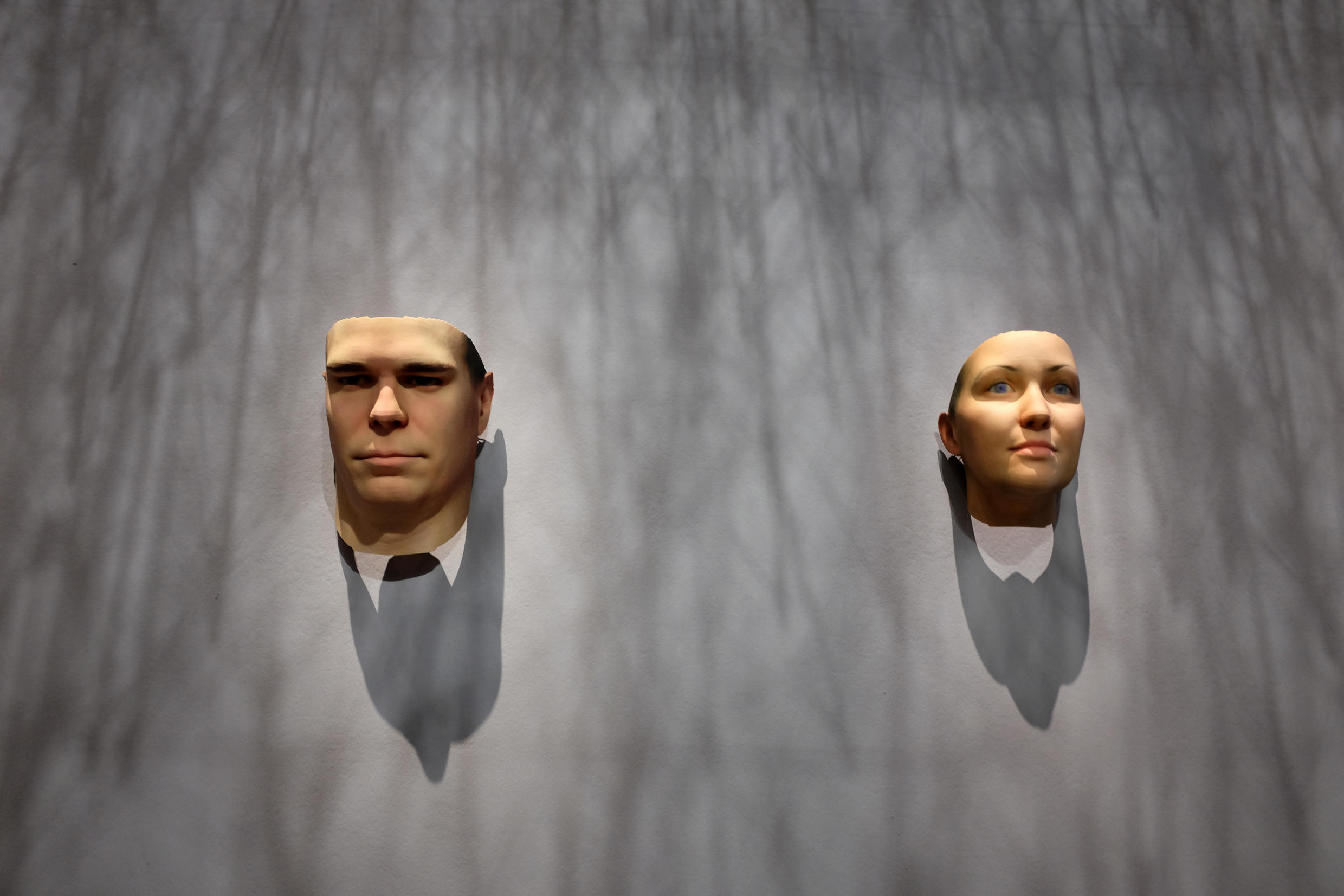 Vue de l'œuvre de Heather Dewey-Hagborg : « Stranger Visions, portraits and samples from New York, 2012 » (detail). Impression 3D de 7 visages, 2016.