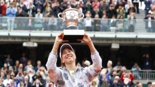 Espanhola Garbiñe Muguruza ergue a taça de Roland Garros, neste sábado.