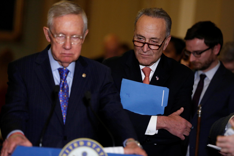 Thượng nghị sĩ Leader Harry Reid (T) lãnh đạo phe Dân Chủ tại Thượng Viện Mỹ hôm 06/12/2016 tại Washington.