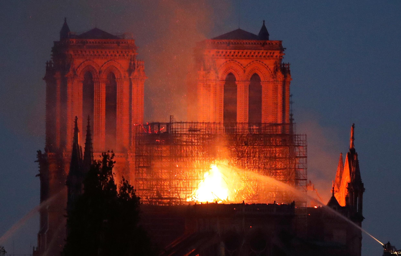 Cảnh phía sau Nhà Thờ Đức Bà Paris, Pháp, lúc bị hỏa hoạn, ngày 15/04/2019