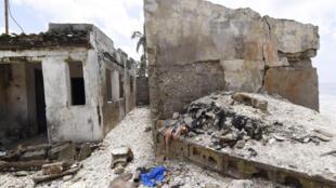 Une habitation endommagée par l'érosion, située sur la plage de Bao à Dakar, après une tempête, le 2 septembre 2015.
