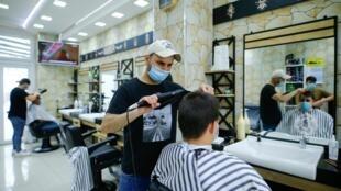 Les coiffeurs ont pu rouvrir en Allemagne, comme ici, à Cologne, lundi 4 mai 2020.