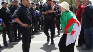 Wata mata mai zanga-zanga a kasar Algeria