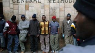 Des réfugiés zimbabwéens devant l'église méthodiste centrale de Johannesburg, en 2008.