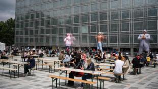Khán giả xem biểu diễn ca nhạc nhân Ngày Hội Âm Nhạc tại Viện Thê Giới Ả Rập, Paris, Pháp 21/06/2020.