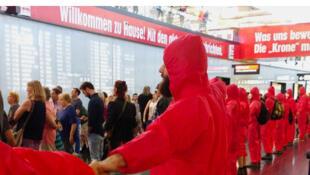 La ligne rouge des manifestants dans le Hall des arrivées de l'aéroport pour protester contre la construction d'une troisième piste.