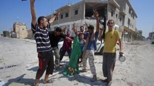 利比亞反對派佔領紮維耶後焚燒代表卡紮菲政權的綠旗