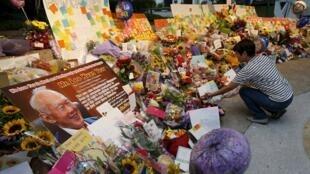 Cảnh người dân Singapore đặt hoa ở bệnh viện, cầu chúc sức khỏe cho ông Lý Quang Diệu, ngày 21/03/2015A
