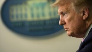 El Presidente de Estados Unidos Donald Trump escucha durante la sesión informativa diaria del Grupo de Trabajo sobre el Coronavirus de la Casa Blanca en la sala de reuniones de James Brady el 10 de abril de 2020 en la Casa Blanca en Washington, DC.