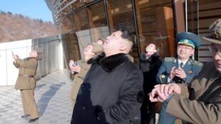 2016年2月7日日本共同社發布照片稱,朝鮮領導人金正恩(中)觀看遠程火箭發射。 朝鮮當局稱當日成功發射一枚衛星。