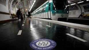 Les quais du métro parisien ont été aménagés pour favoriser la distanciation sociale.