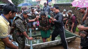 Soldados regatam pessoas de áreas afetadas pelas inundações.