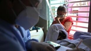 Médico registra a morte de uma brasileira vítima da Covid-19, em Manaus, no dia 27 de maio de 2020.