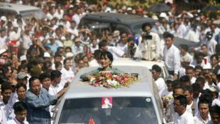 Aung San Suu Kyi đến đơn vị bầu cử Kawhnu (Reuters)