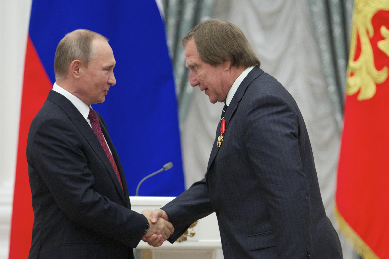 Владимир Путин и Сергей Ролдугин (справа) на церемонии награждения в Кремле. 22 сентября 2016 г.