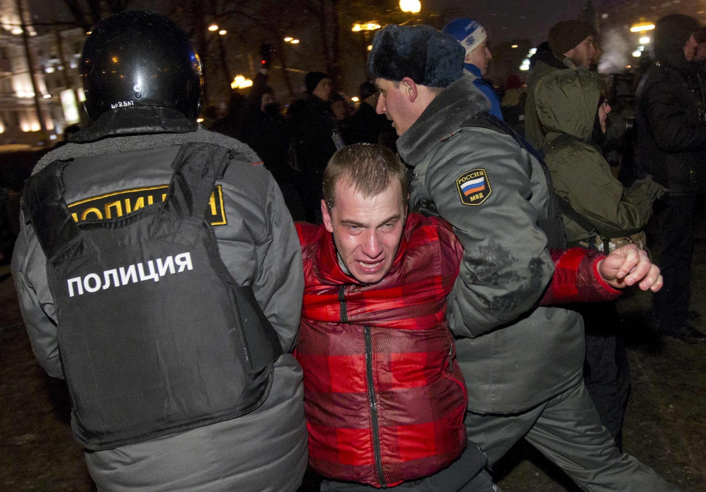 Polícia russa detém manifestante que protestava por eleições justas em Moscou, nesta segunda-feira.