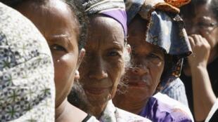 Des femmes font la queue pour voter à Dili, samedi 7 juillet 2012.