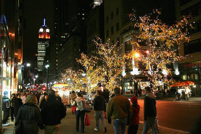Brasileiros fazendo compras na 5ª Avenida, em Nova York.