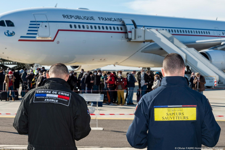 Franceses que estavam em Wuhan chegam à Marselha depois de serem repatriados