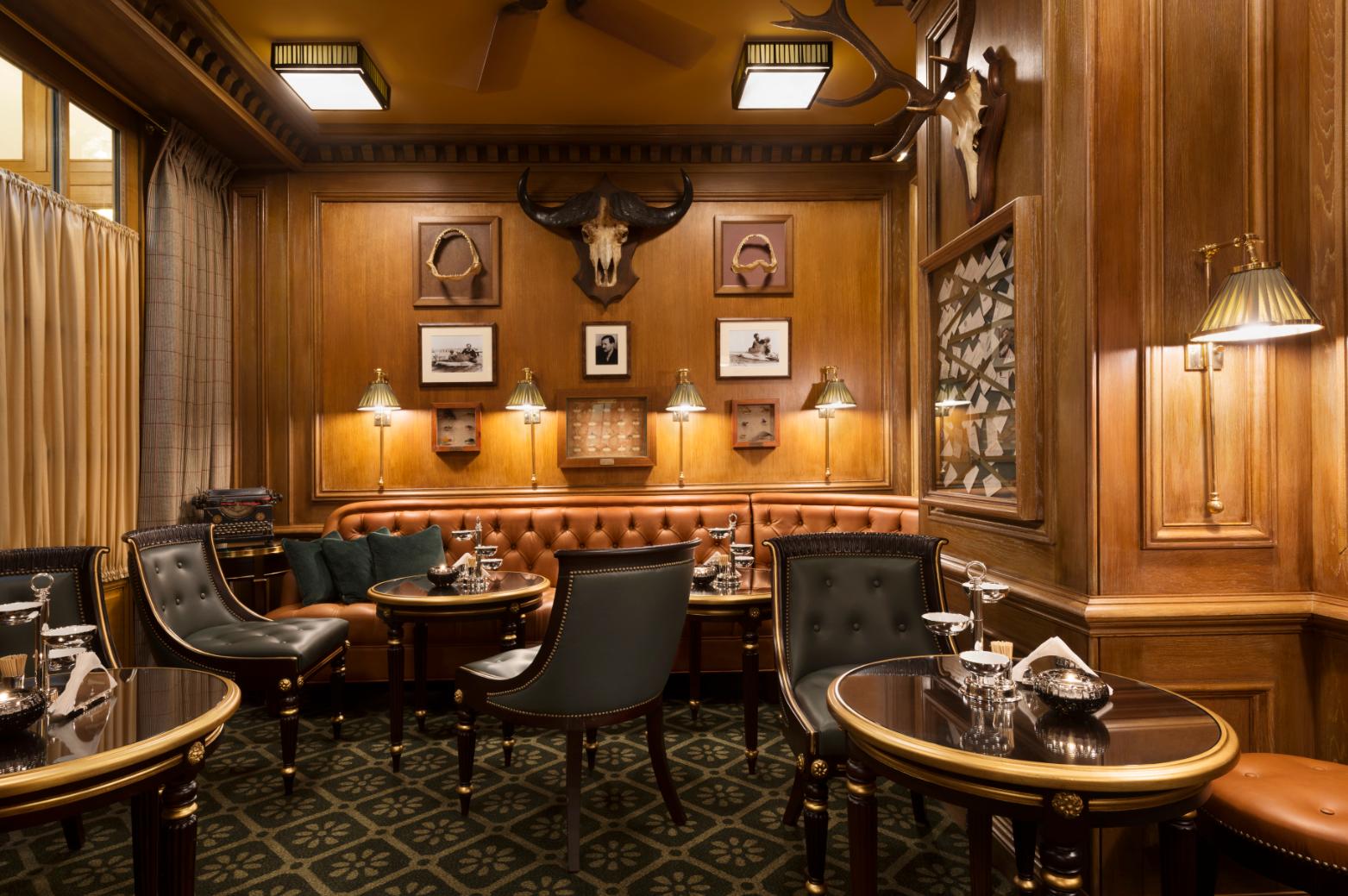 Именно вбаре отеля Ritz специально для Хемингуэя был изобретен коктейль «Кровавая Мэри».