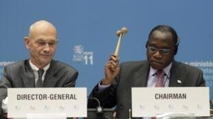 Ao lado do diretor-geral da OMC, Pascal Lamy, o ministro nigeriano do Comércio, Olusegun Aganga, bate o martelo para confirmar entrada da Rússia na organização.