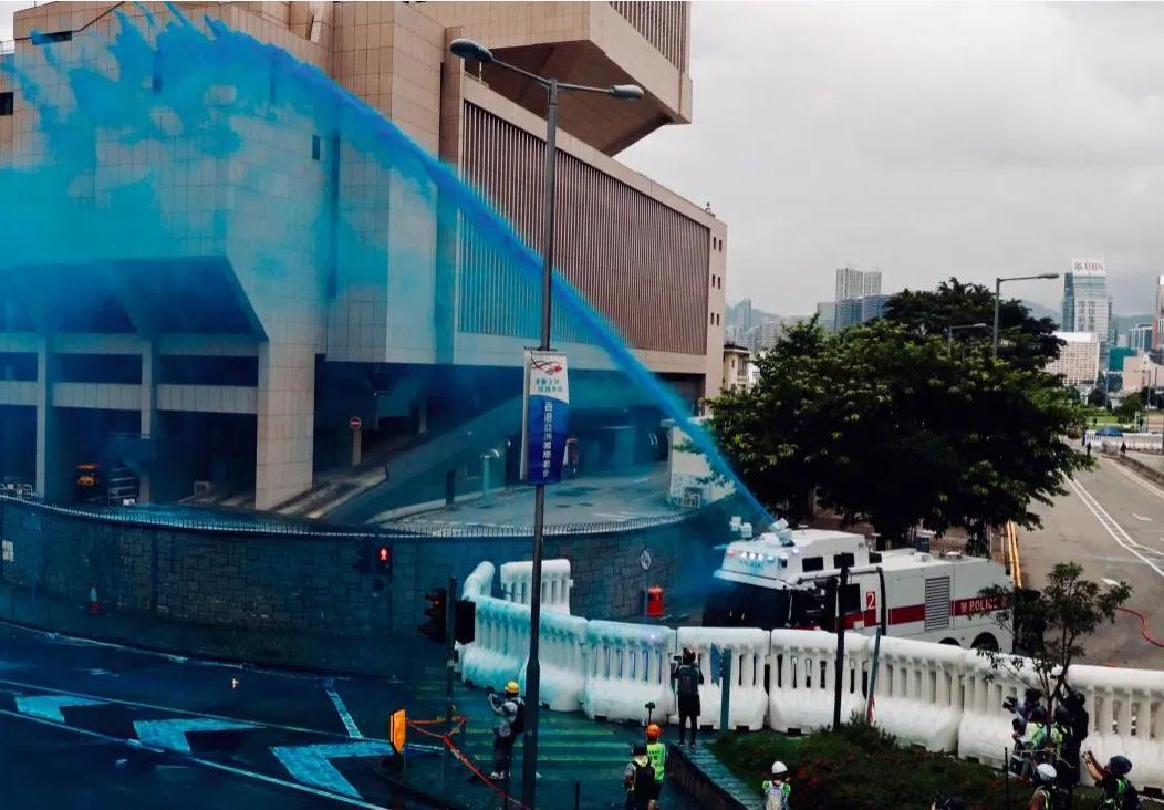 Cảnh sát Hồng Kông dùng vòi rồng để giải tán người biểu tình.