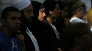 Uma muçulmana participa a uma missa em homenagem ao padre assassinado em Rouen