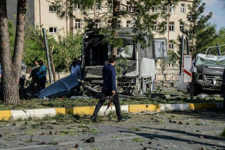 Askari polisi wa Uturuki akiwa katika eneo la tukio, baada ya shambulio lililogharimu maisha ya watu 3, Mei 10, 2016 Diyarbakir