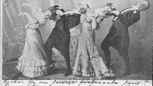 کیک-واک (Cake-Walk)، رقصی که سیاهان آمریکا باب کردند، یکی از سرچشمههای جاز محسوب است.
