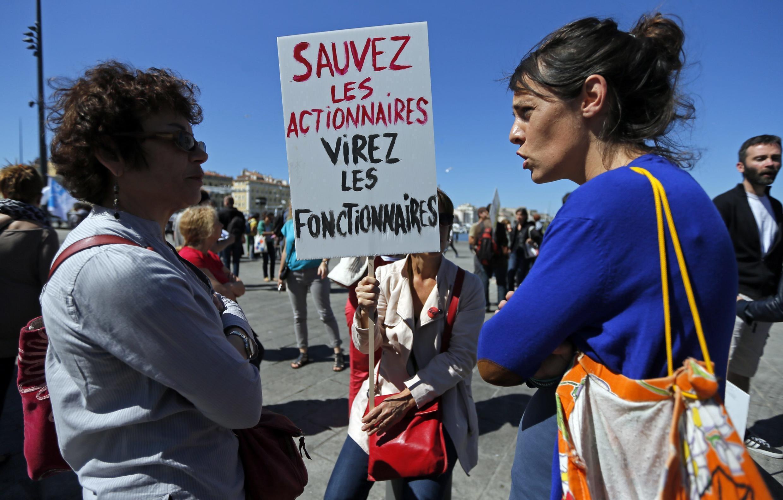 """Manifestación en Marsella, este 15 de mayo: """"Salven a los accionarios, echen a los funcionarios""""."""
