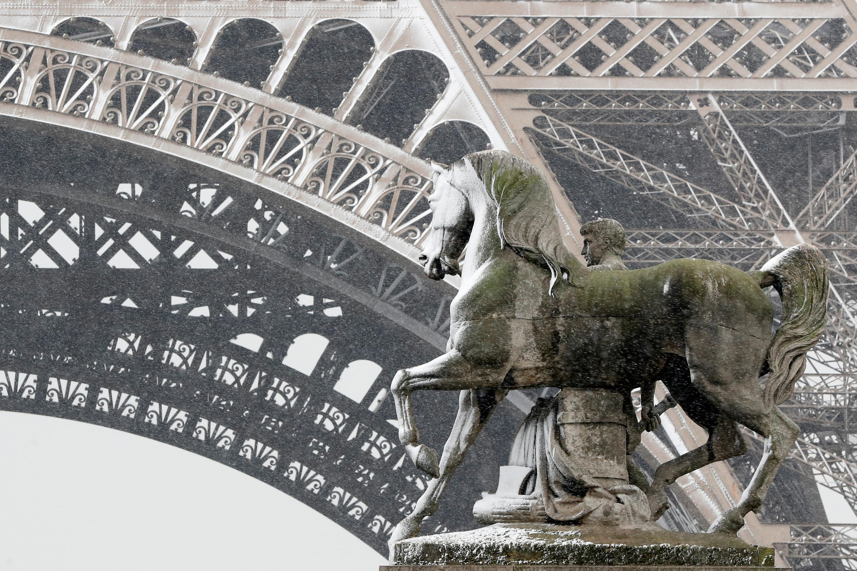 Фрагмент Эйфелевой башни, Париж, 6 февраля 2018.