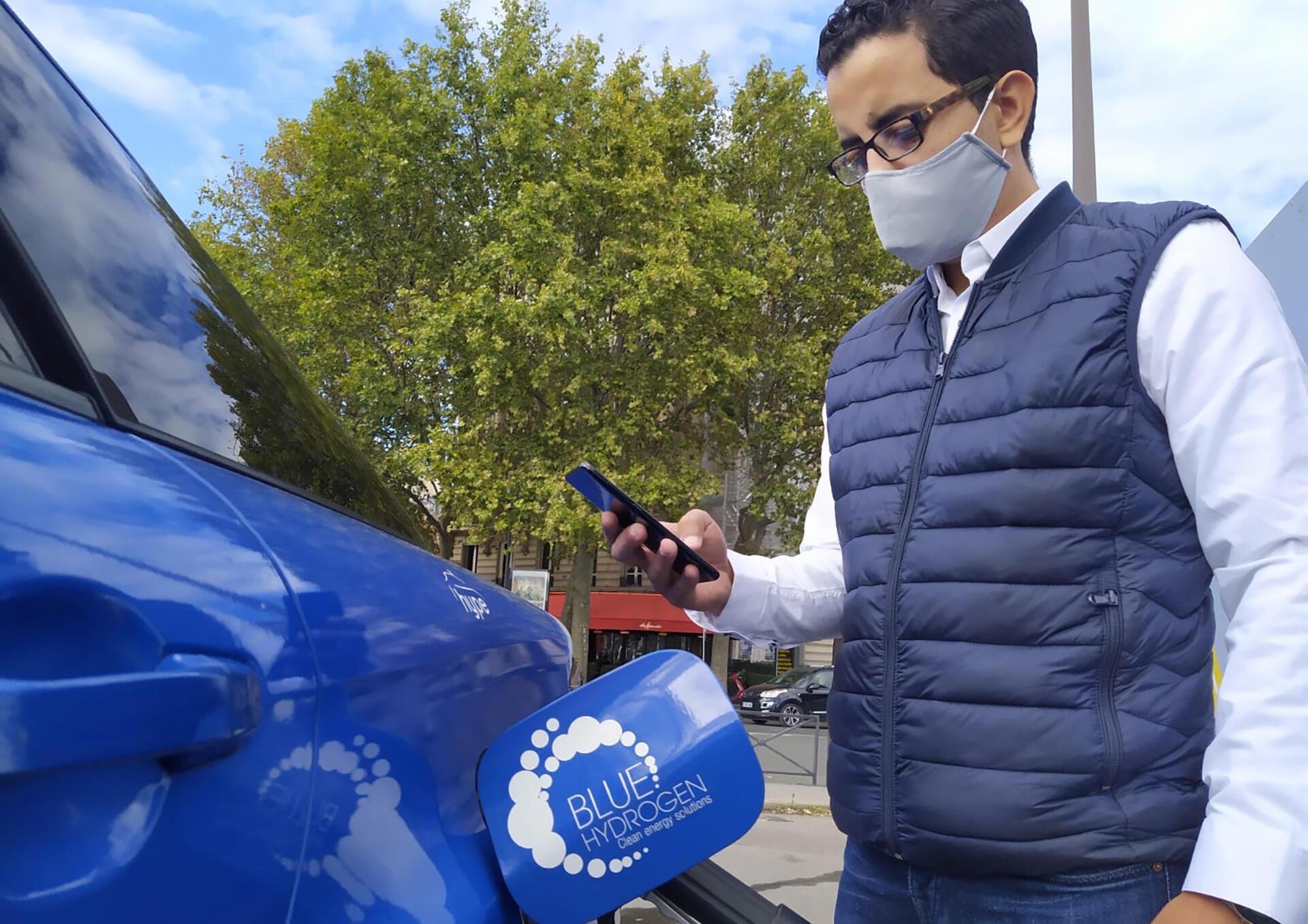 Nabil Amhaouch remplit son taxi d'hydrogène grâce à son téléphone.