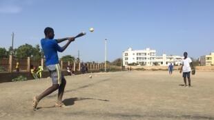 Des jeunes jouent au baseball dans le quartier de Ouakam, Dakar, Sénégal.