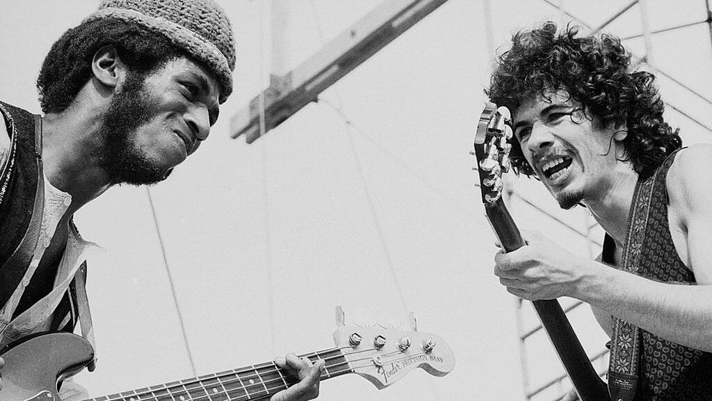 O baixista  David Brown (à direita) e o guitarrista  Carlos Santana no concerto de Woodstock, no dia 16 de Agosto de 1969 .