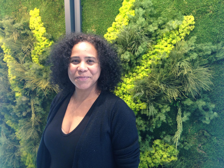A cantora Lilian Vieira faz a promoção do mais recente trabalho do trio Zuco 103 em Paris