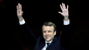 勝選後的馬克龍舉手示意。