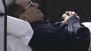 O ex-presidente egípcio, Hosni Mubarak, em sua chegada ao tribunal neste sábado, 27 de setembro de 2014.