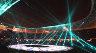 Vue générale du spectacle d'inauguration, le 28 janvier 1998 au Stade de France à Saint-Denis, lors de la cérémonie d'ouverture, peu avant le match amical France/Espagne.