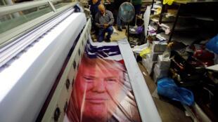 Des Palestiniens impriment une affiche de Donald Trump, le 21 mai 2017, deux jours avant la visite du président américain à Bethléem.